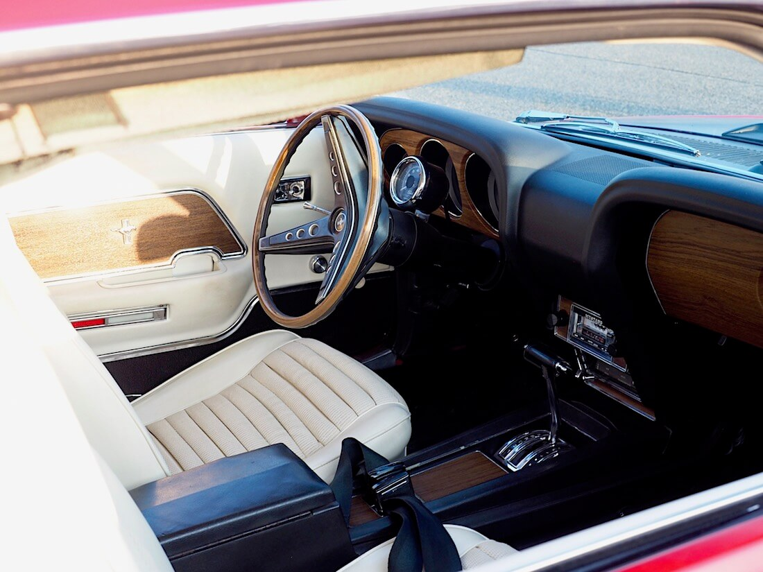1969 Ford Mustang Mach 1 351cid ratti ja vaalea sisusta. Tekijä: Kai Lappalainen. Lisenssi: CC-BY-40.