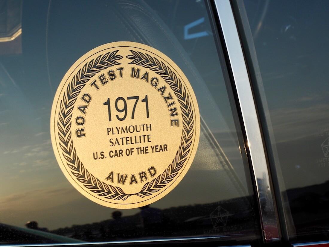 Plymouth Satelliten vuoden amerikkalainen auto 1971 tarra. Tekijä: Kai Lappalainen. Lisenssi: CC-BY-40.