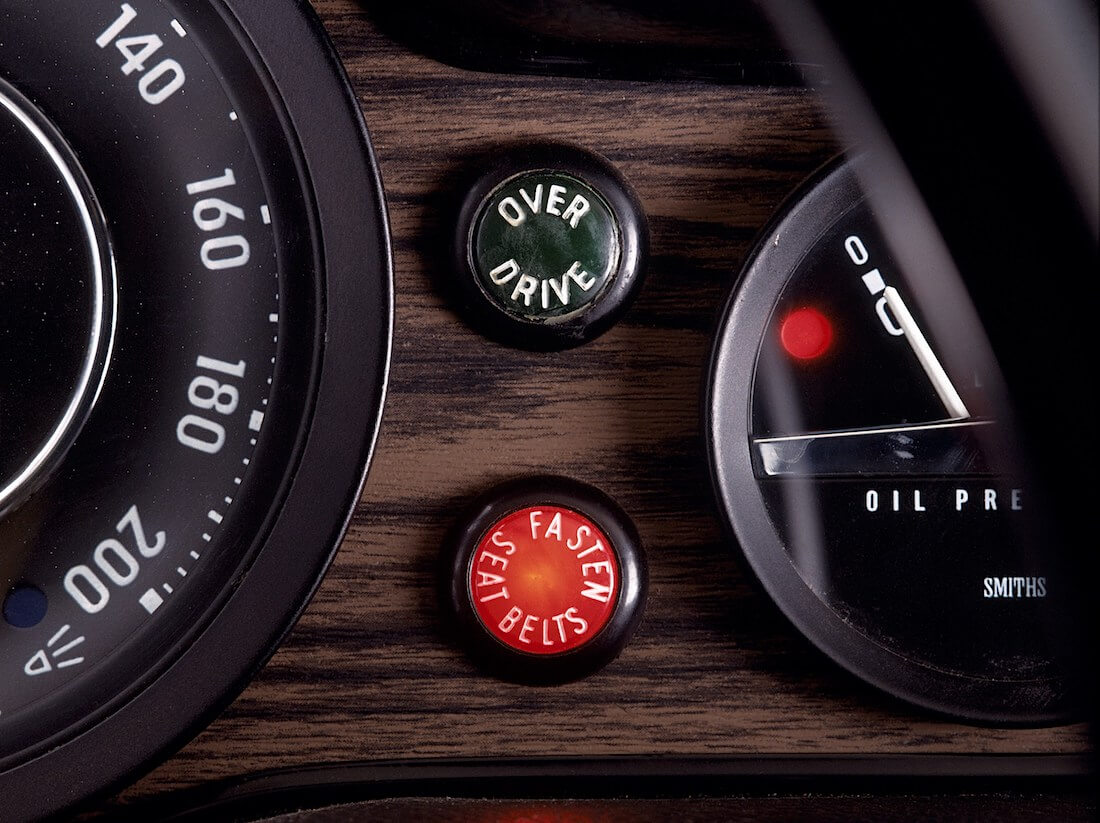 Punainen Fasten seat belts turvavyön varoitusvalo kojetaulussa 1971 Volvossa. Tekijä ja copyright: Volvo Car Corporation.