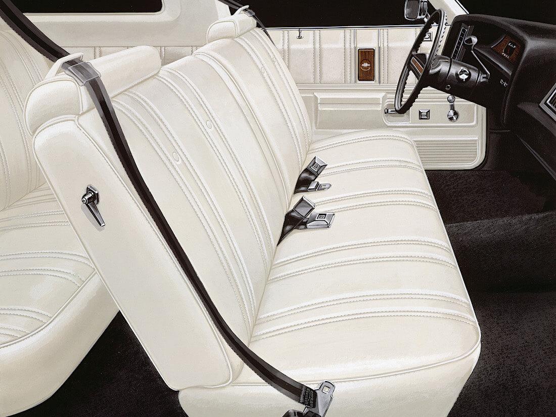 1976 Chevrolet Impala Costom sohvapenkki ja kolmipistevyöt. Tekijä: GM Media. Lisenssi: CC-BY-NC-30.