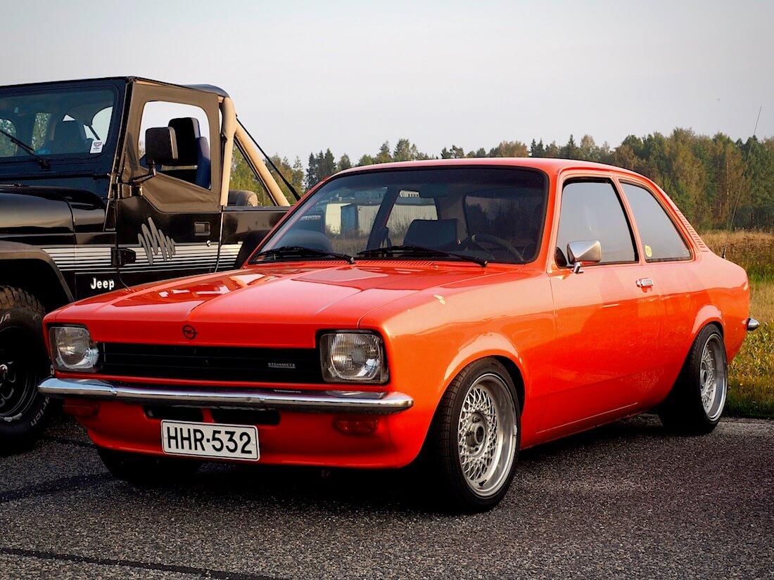 1977 Opel Kadett C 1.2 2d Sedan edestä. Tekijä: Kai Lappalainen. Lisenssi: CC-BY-40.