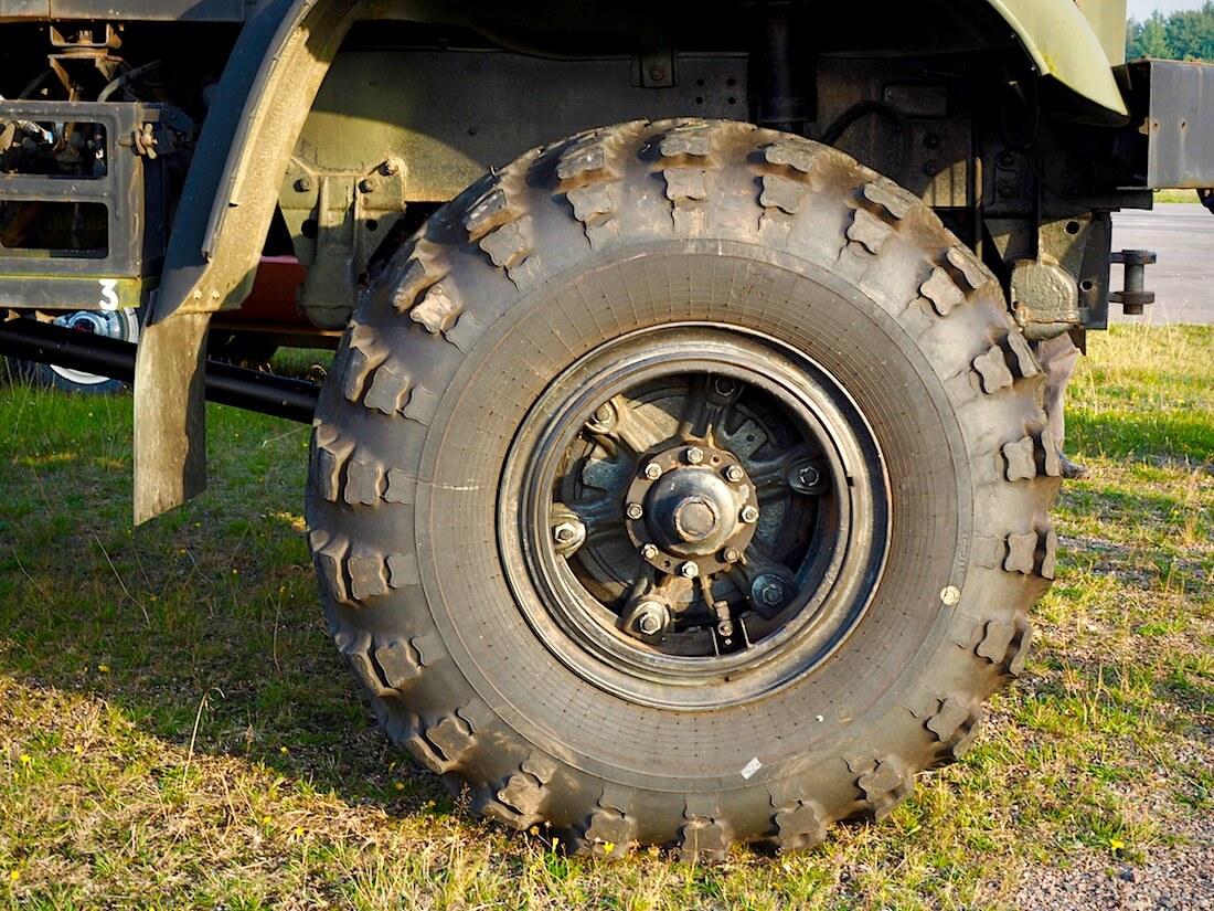 1987 KrAZ 255B 6x6 maastokuorma-auton rengas. Tekijä: Kai Lappalainen. Lisenssi: CC-BY-40.