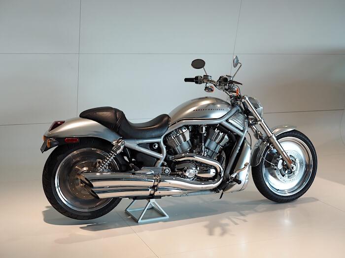 2002 Harley-Davidson VRSC V-Rod Porschen 1131cm3 Revolution V-Twin moottorilla. Kuva: Kai Lappalainen. Lisenssi: CC-BY-40.