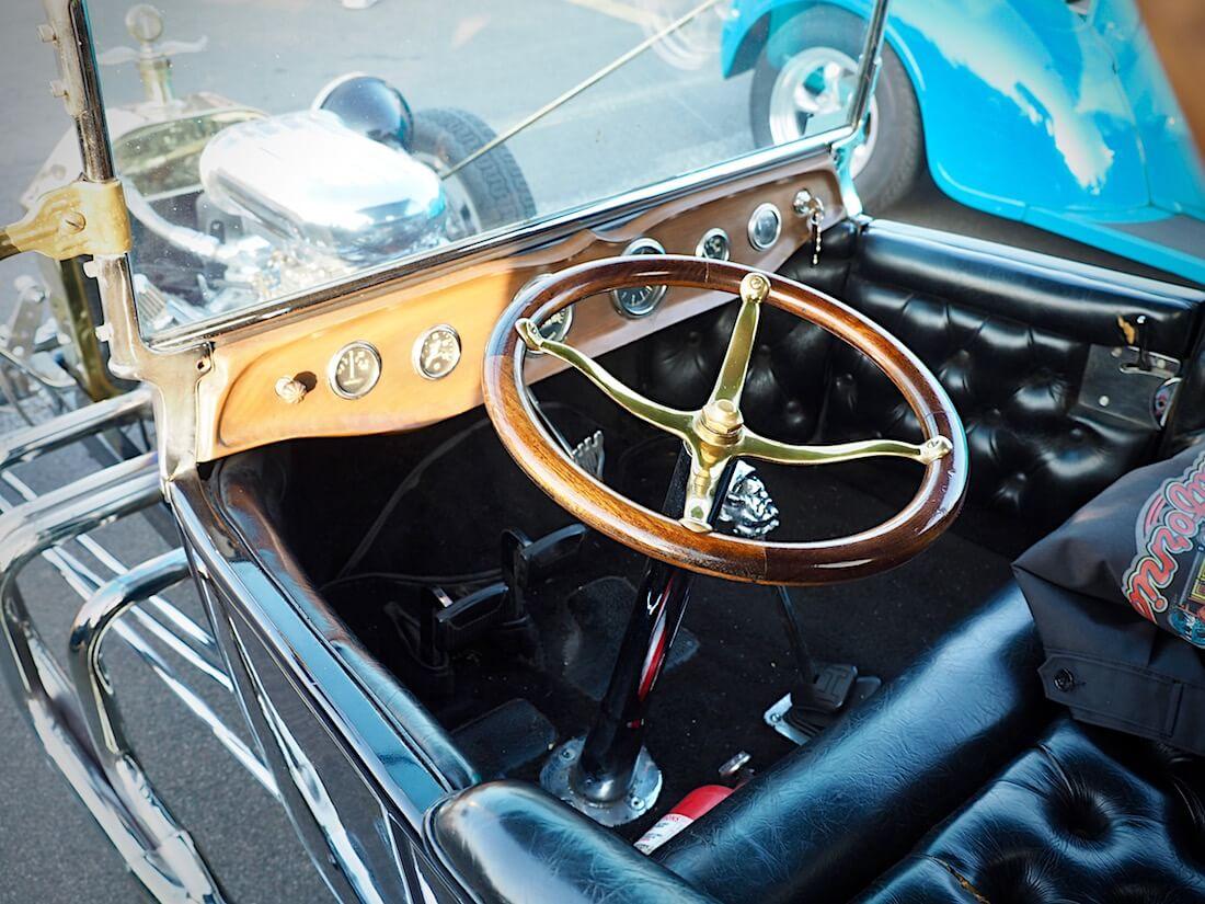 Ford T-Bucket rodin nelipuolainen puuratti ja musta nahkasisusta. Tekijä: Kai Lappalainen. Lisenssi: CC-BY-40.