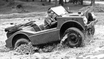 Porsche Type 597 Jagdwagen ylittää mutaista ojaa. Kuva ja copyright: Porsche AG.