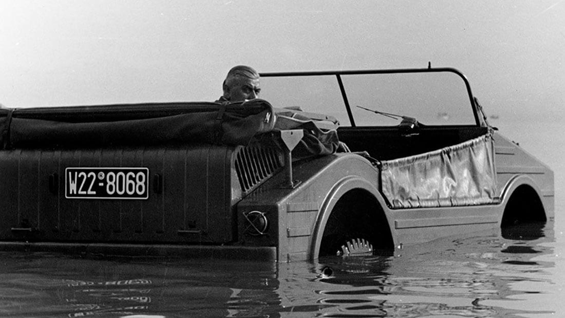 Porsche Type 597 Jagdwagen kelluu vedessä. Kuva ja copyright: Porsche AG.