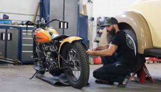 Aaron Kaufman korjaa moottoripyörää. Tekijä ja copyright: Discovery Networks.