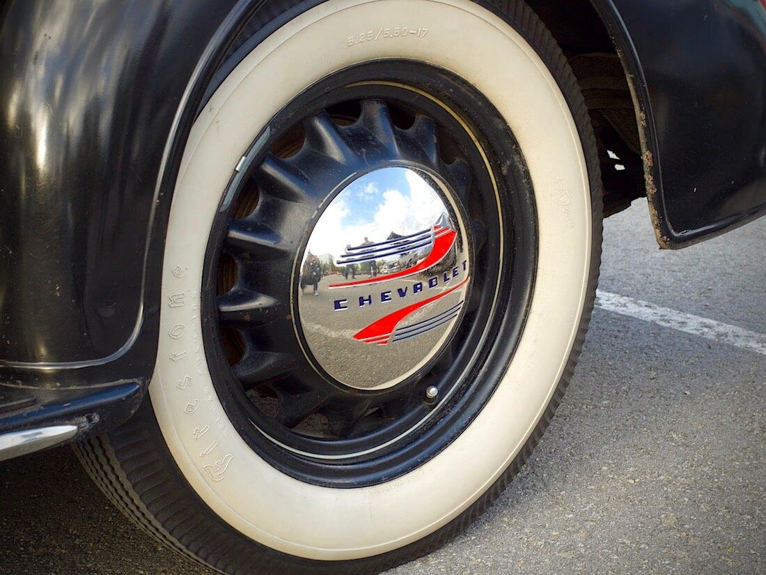 1936 Chevrolet Master Business Coupe pölykapseli ja artillery-vanne. Tekijä: Kai Lappalainen. Lisenssi: CC-BY-40.