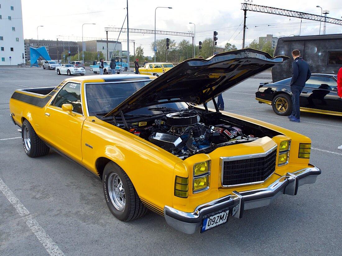 1978 Ford Ranchero 429cid V8 konepelti auki. Tekijä: Kai Lappalainen. Lisenssi: CC-BY-40.