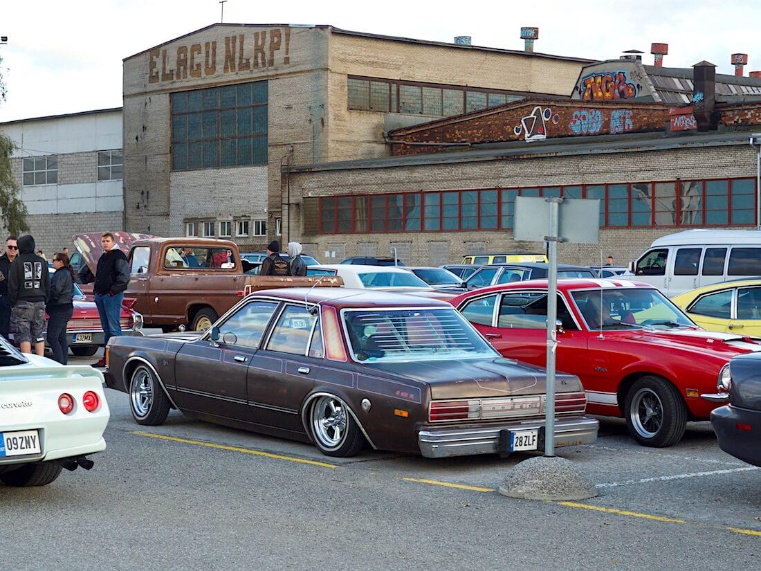 Tallinnan amerikkalaiset autot Elagu NLKP parkkipaikalla. Tekijä: Kai Lappalainen. Lisenssi: CC-BY-40.