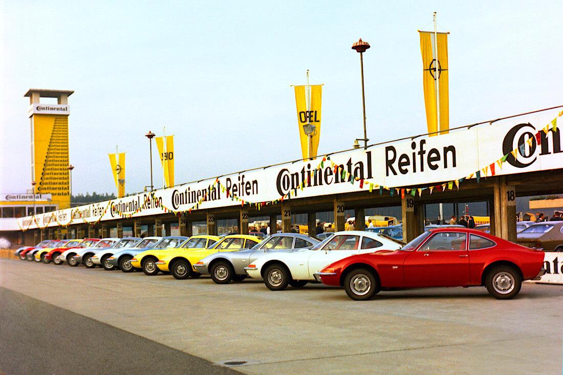 Opel GT autoja Hockenheimring kilparadalla lokakuussa 1968. Tekijä ja copyright: Opel Automobile GmbH