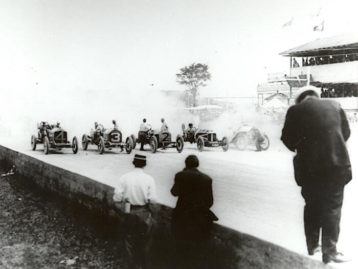 1911 Indianapolis 500 kilpailun lähtöviiva. Kuva: GM Media. Lisenssi: CC-BY-NC-30.