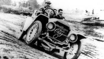 1911 Stoddard-Dayton pace car ratissaan Indianapoliksen radan perustaja Carl G. Fisher. Kuva: Public domain.