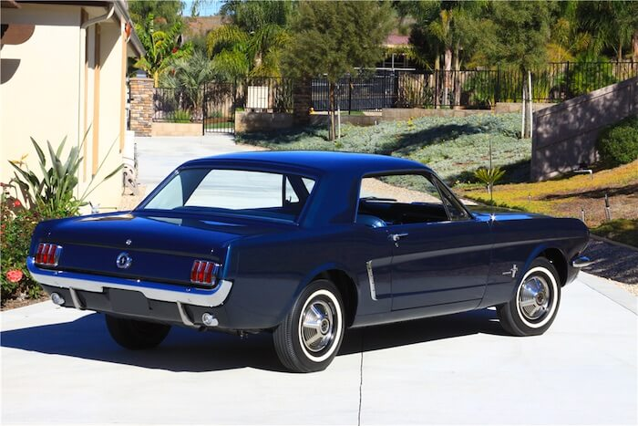 1964.5 Caspian Blue sininen esituotanto Mustang. Kuva ja copyright: Barrett-Jackson.