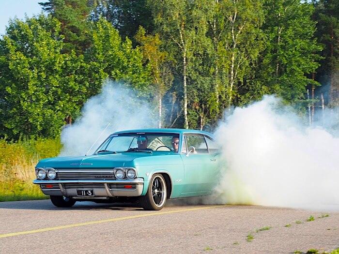 1965 Chevrolet Impala Super Sport polttaa kumia. Tekijä: Kai Lappalainen. Lisenssi: CC-BY-40.