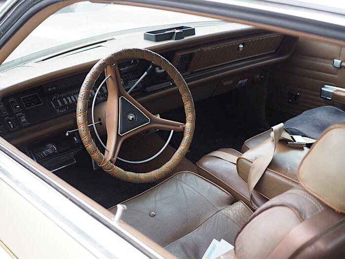 1970 Chrysler 300H ruskea nahkasisusta ja kojelauta. Tekijä: Kai Lappalainen. Lisenssi: CCBY40.