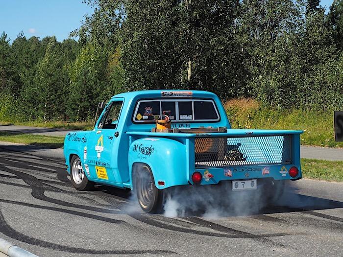 Dodge Stepside pickup polttaa kumia Linnacruisingissa. Tekijä: Kai Lappalainen. Lisenssi: CC-BY-40.