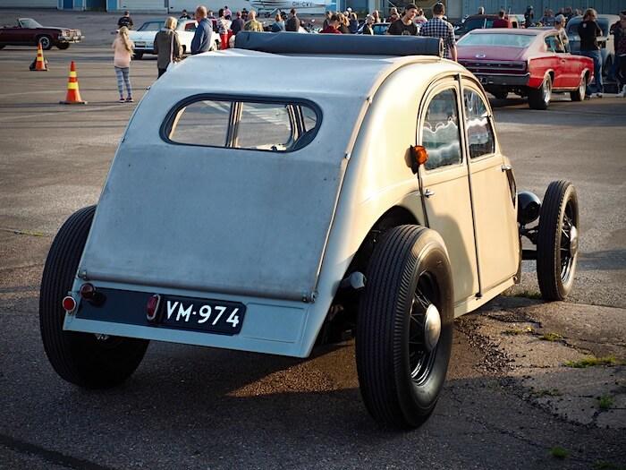 1956 Citroen 2CV rodi takaa. Kuva: Kai Lappalainen. Lisenssi: CCBY40.