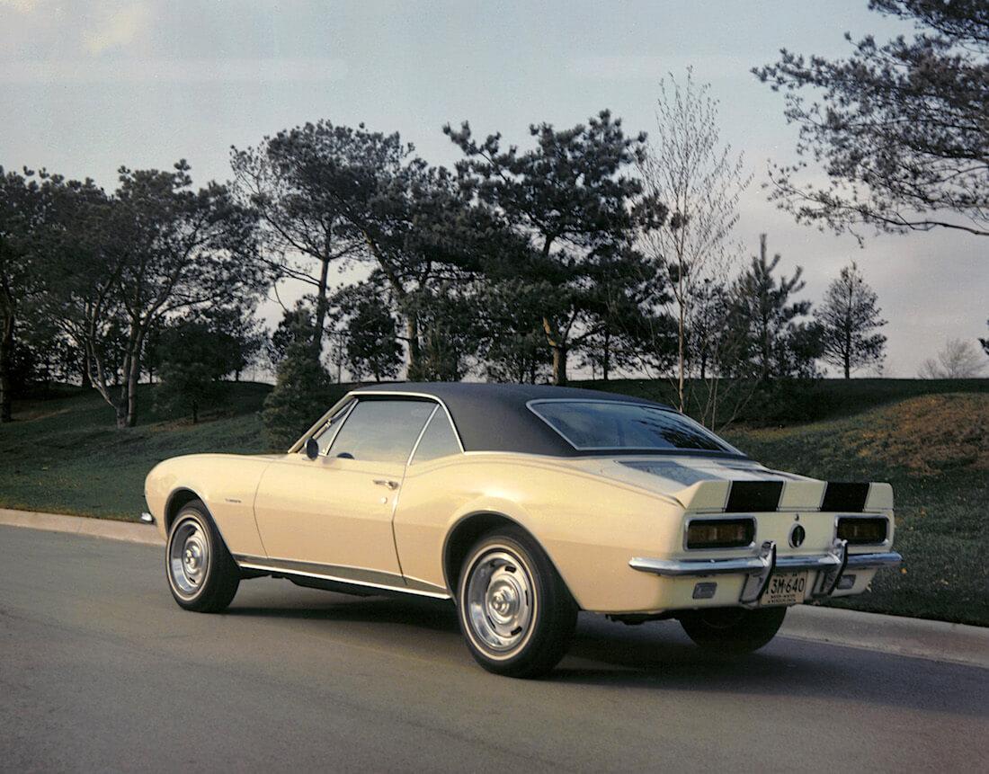 keltainen 1967 Chevromet Camaro Z/28 ankanpyrstöspoilerilla. Kuva ja copyright: GM Media.