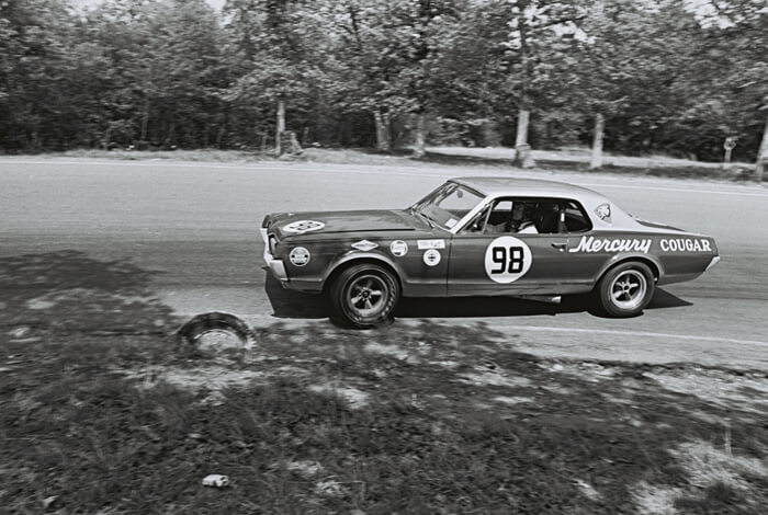 1967 Mercury Courgar trans-Am kuljettajana Dan Gurney. Kuva: Dave Friedman collection. Lisenssi: CCBYNCND20.