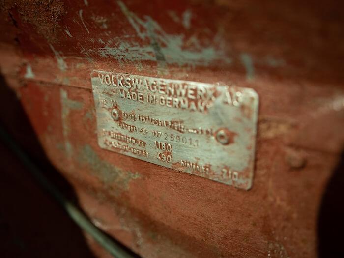 Volkswagen kuplan tyyppikilpi vararengaskotelossa. Kuva ja copyright: Volkswagen of America.