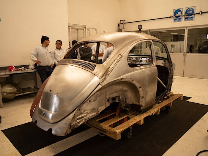 1967 kuplavolkkarin peltityöt käynnissä. Kuva ja copyright: Volkswagen of America.