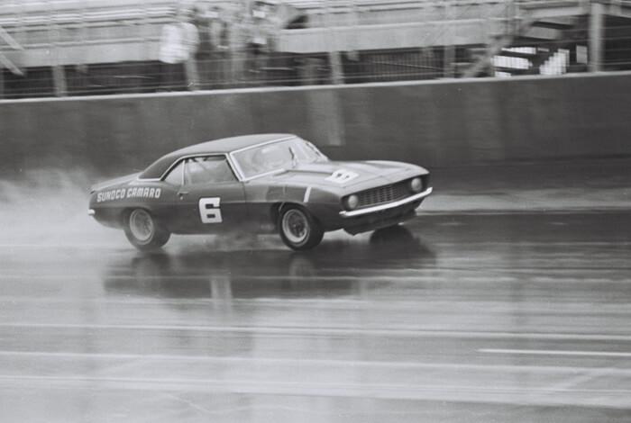 Roger Pensken tiimin 1969 Sunoco Camaro kuljettaja Mark Donohue. Kuva: Dave Friedman collection. Lisenssi: CCBYNCND20.