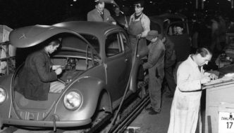 Kuplavolkkareiden valmistus Wolfsburgin tuotantolinjalla 1940-luvulla. Kuva ja copyright: Volkswagen AG.