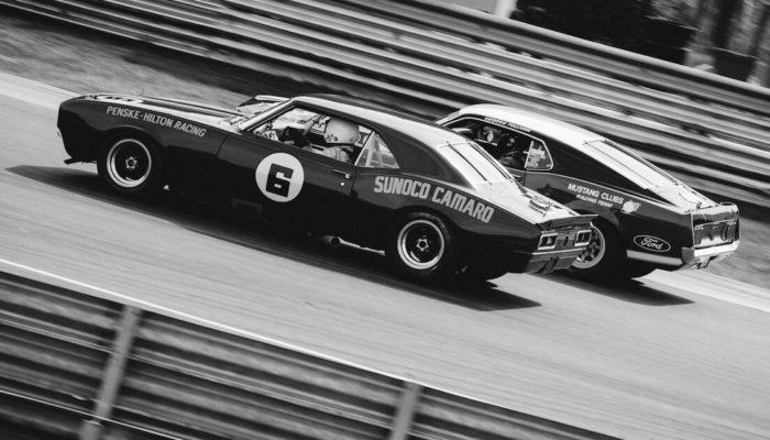 Trans-Am Historic kilpailussa Chevrolet Camaro Z28 ja Ford Mustang Boss 302. Kuva: Garret Voight. Lisenssi: CCBYNC20.