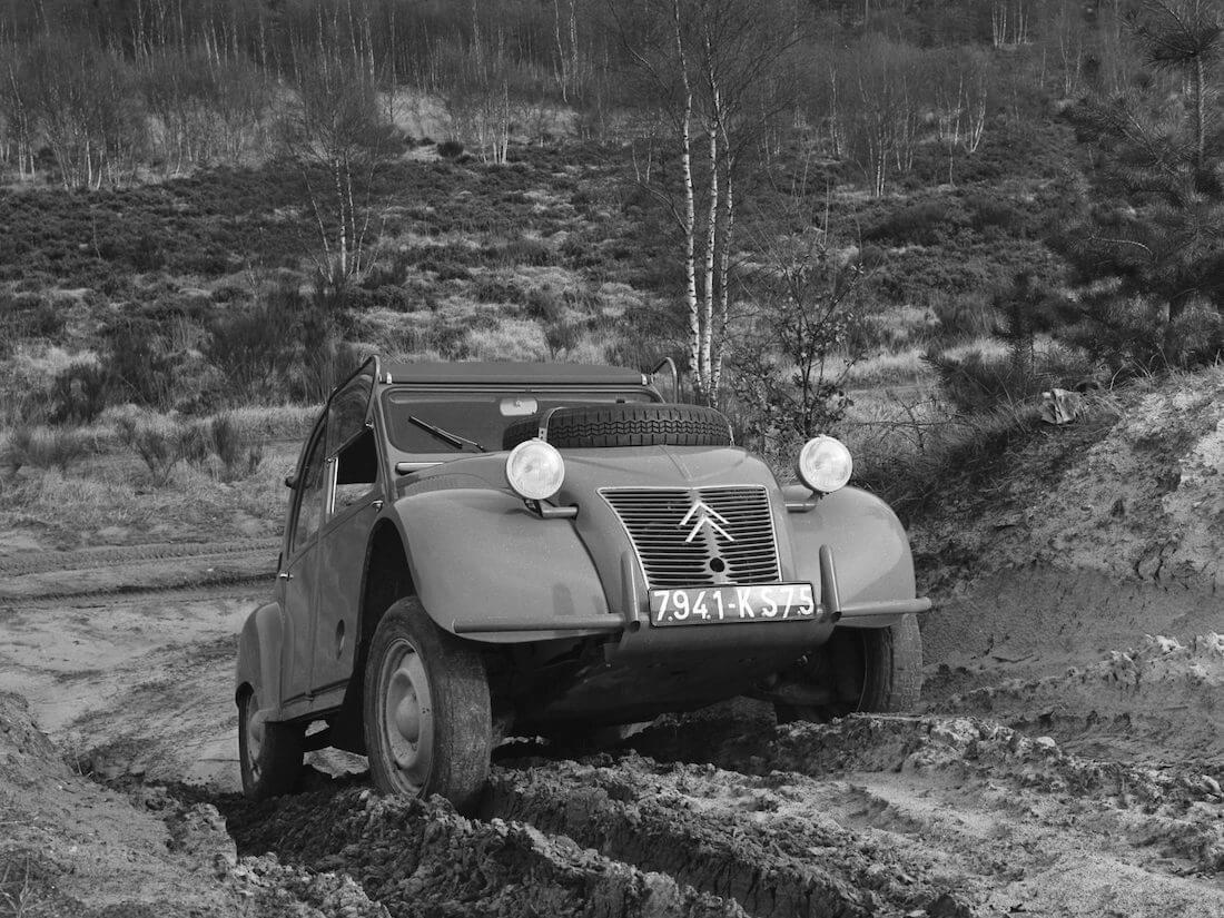 1958 Citroën 2CV Sahara. Kuva ja copyright: Citroen Communications.