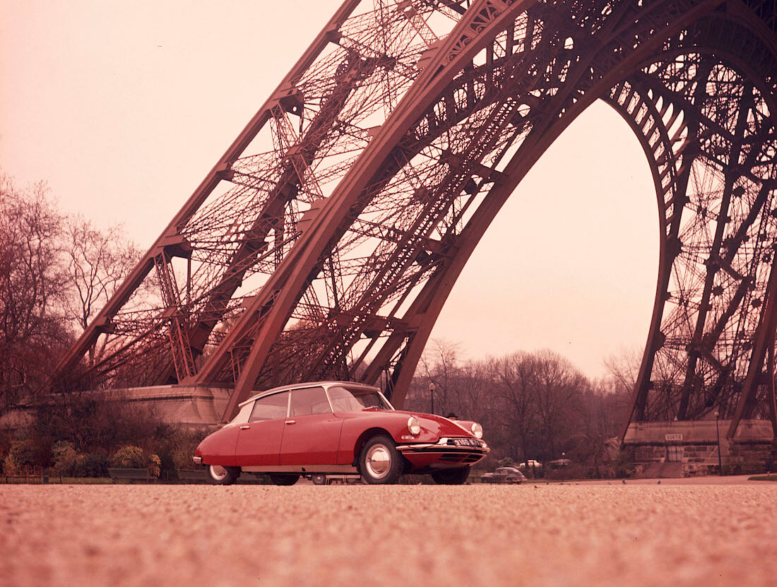 1960 Citroën DS19 Eiffel-tornin juurella. Kuva ja copyright: A. Martin ja Citroen Communications.