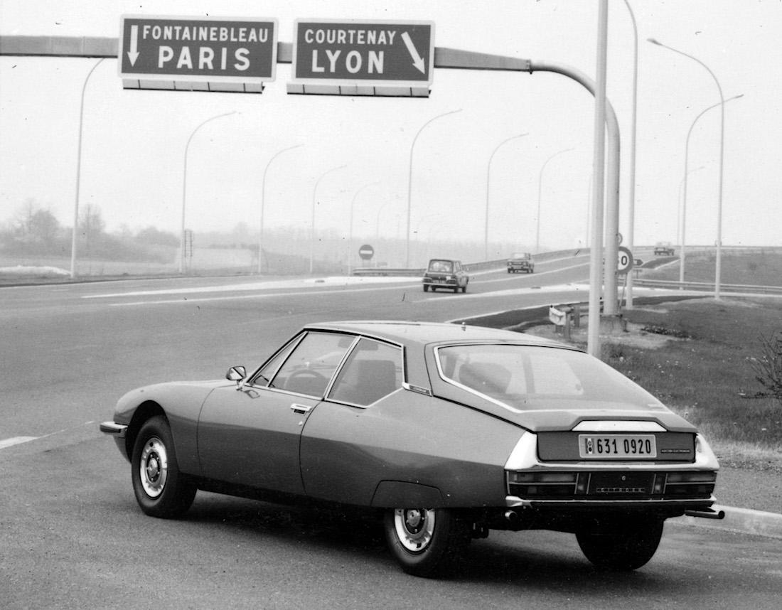 Citroen SM Pariisin moottorintien liittymässä. Kuva ja copyright: Citroen Communications.
