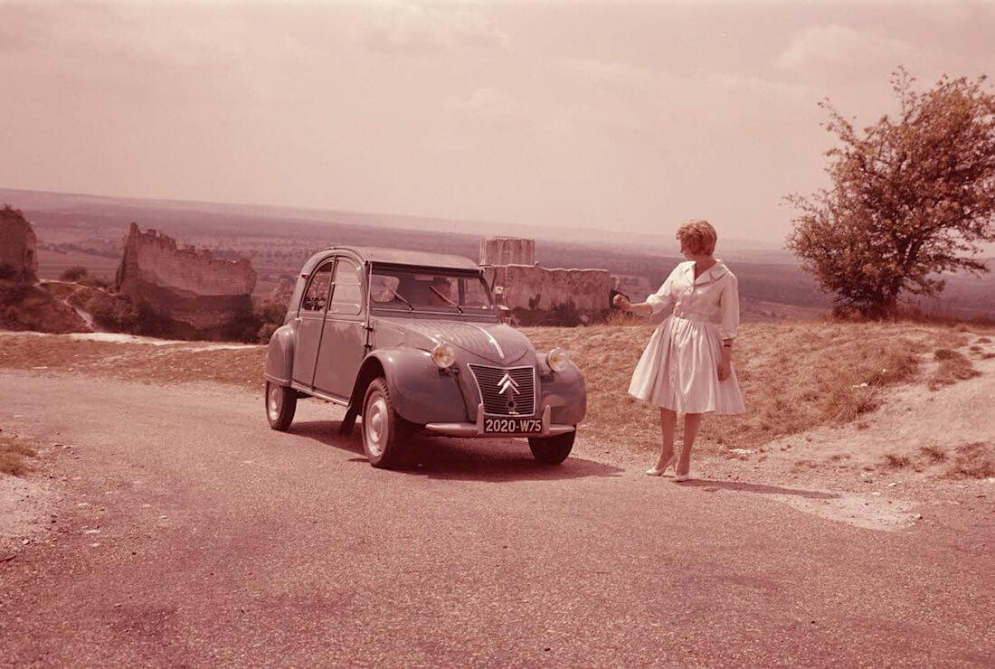 Harmaa Citroën rättisitikka 2CV mainoskuvassa. Kuva ja copyright: Citroen Communications.