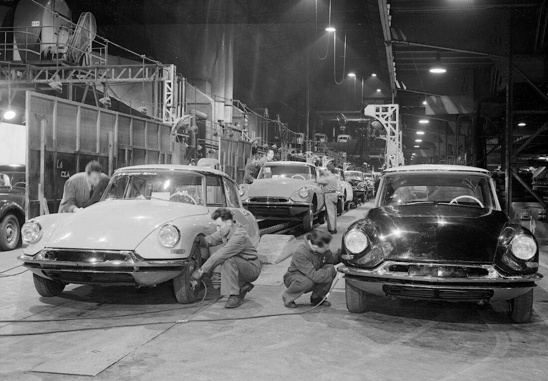 Citroën DS tuotantolinja 1950-luvulla. Kuva ja copyright: Citroen Communications.