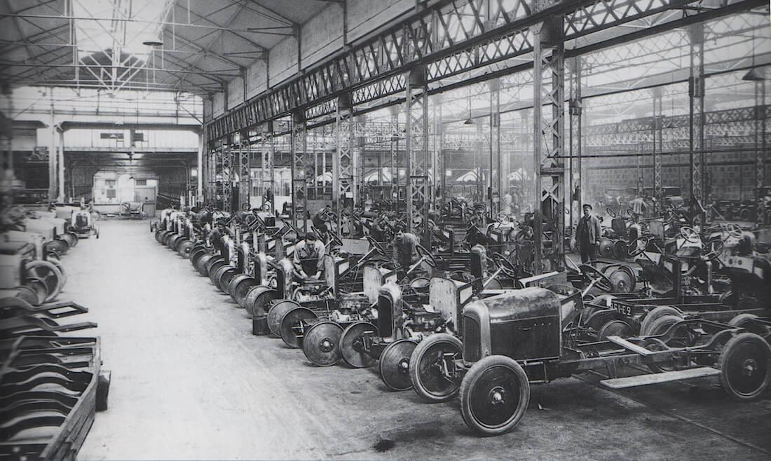Citroënin tehtaan tuotantohalli 1920-luvun alussa. Kuva: Public domain.
