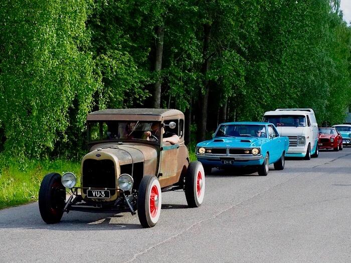 Jenkkiautoja saapuu harrasteautotapahtumaan. Kuva: Kai Lappalainen. Lisenssi: CCBY40.