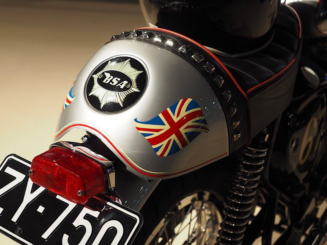 Englannin lippu Cafe Racer pyörässä. Kuva: Kai Lappalainen. Lisenssi: CC-BY-40.