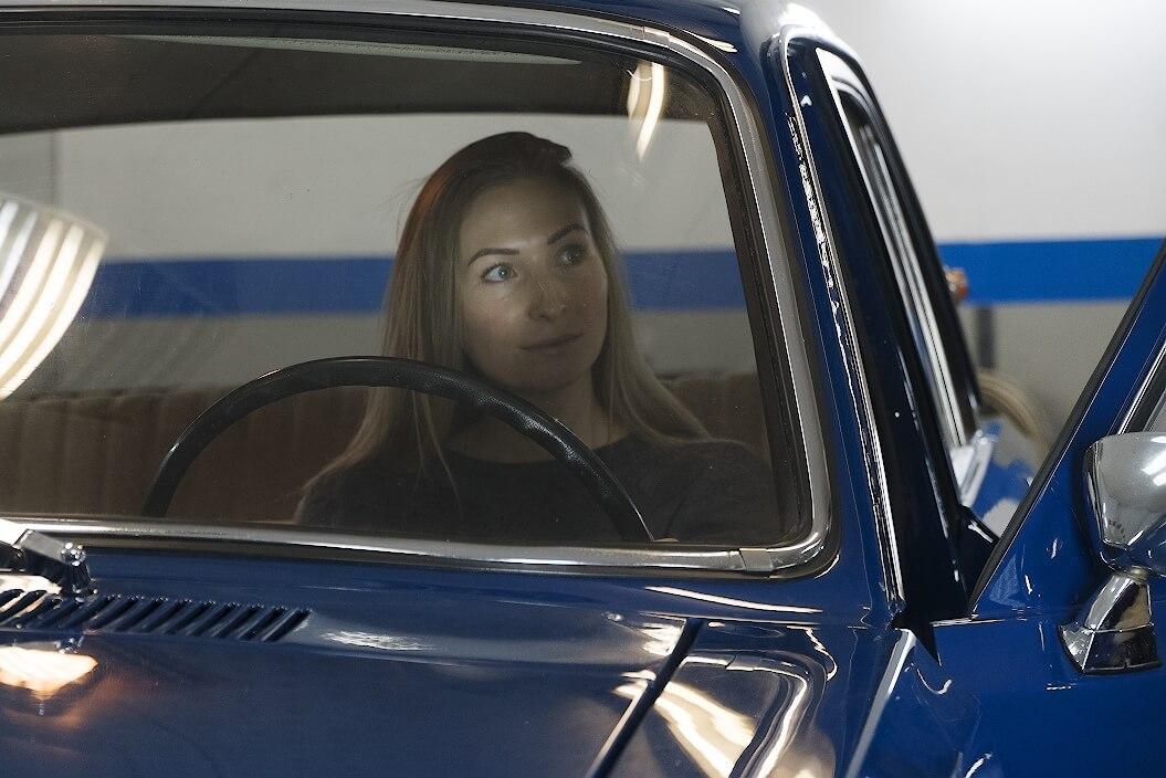 Nainen Volga GAZ-24 auton ratin takana. Kuva ja copyright: RoadCarsMasters.