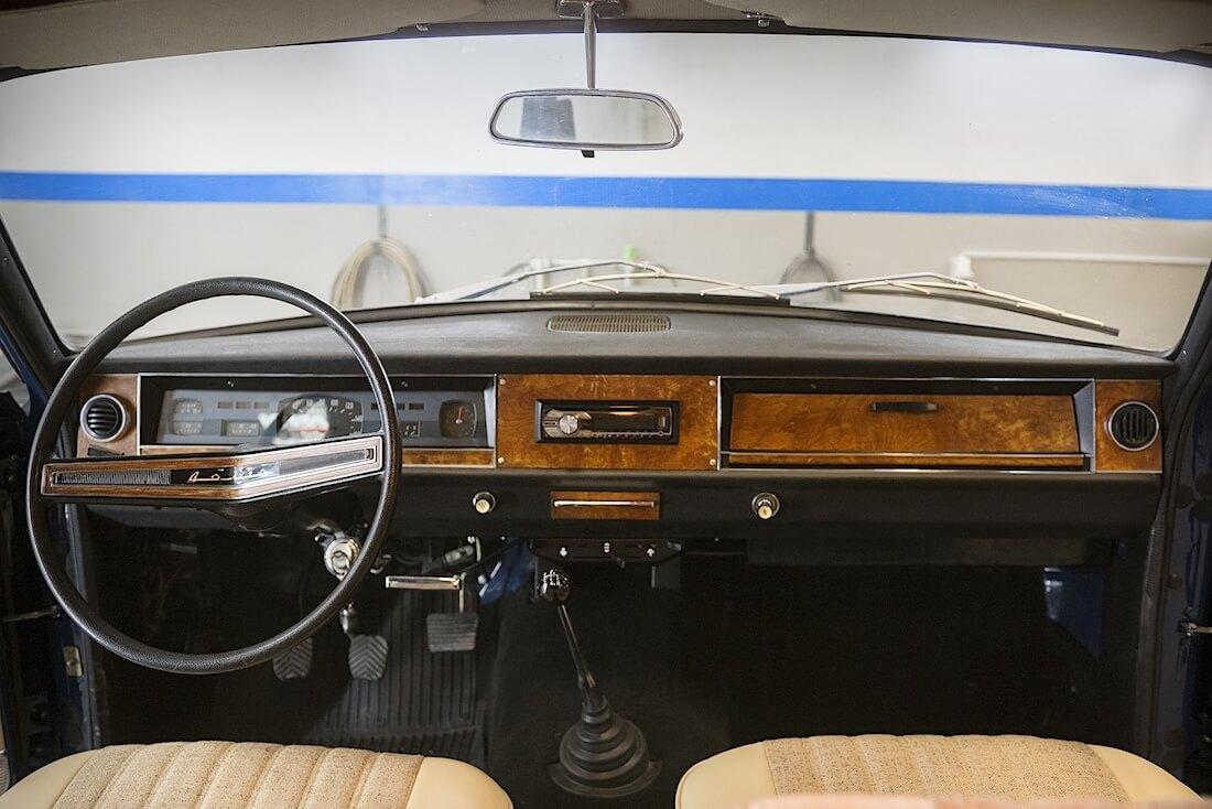 1976 Volga GAZ-24 entisöity kojelauta. Kuva ja copyright: RoadCarsMasters.