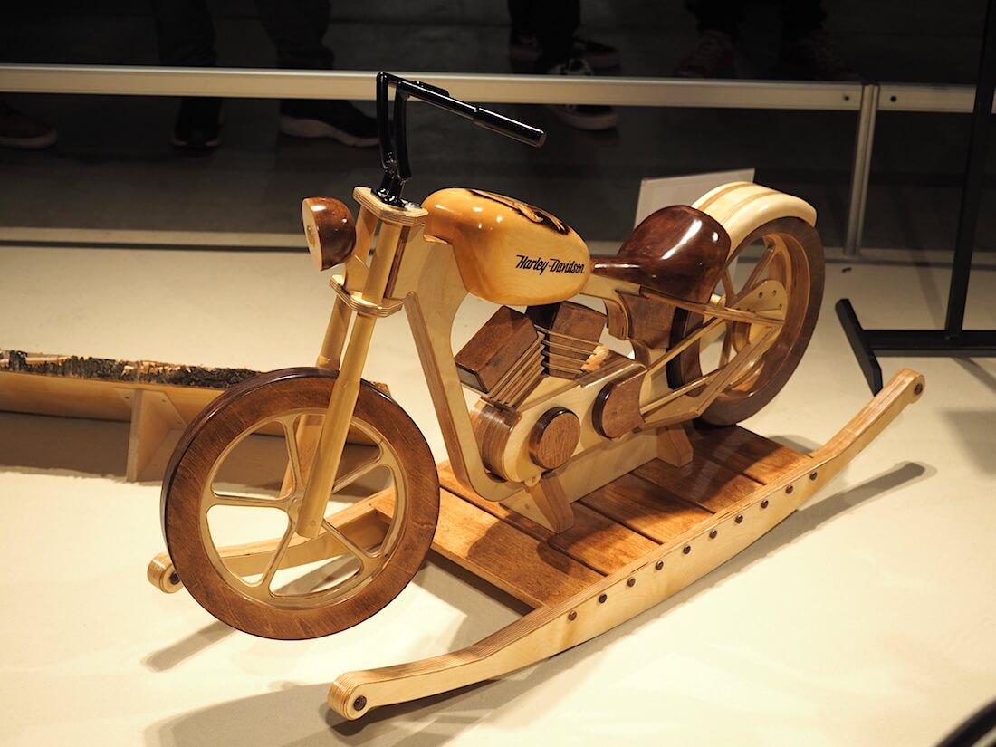 Puinen Harley-Davidson keinuhevonen. Kuva: Kai Lappalainen. Lisenssi: CC-BY-40.