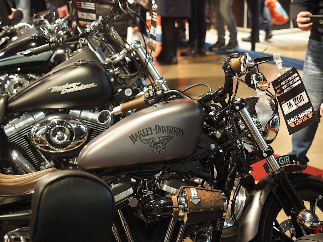 Harley-Davidson moottoripyöriä myydään. Kuva: Kai Lappalainen. Lisenssi: CC-BY-40.