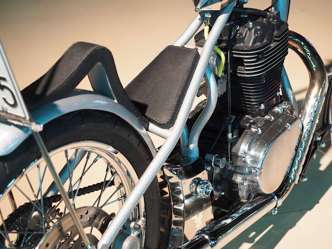 Suzuki Savage Chopper moottoripyörän satula. Kuva: Kai Lappalainen. Lisenssi: CC-BY-40.