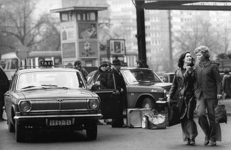 1974 Volga GAZ-24 taksiauto. Kuva: Bundesbildarchiv, lisenssi: CCBYSA30.