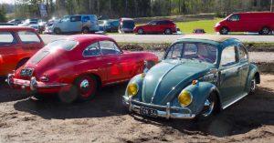 1964 Rättikatto paksutolppa ja 1960 Porsche 356 Coupe B Espoon automuseolla. Kuva: Kai Lappalainen. Lisenssi: CC-BY-40.