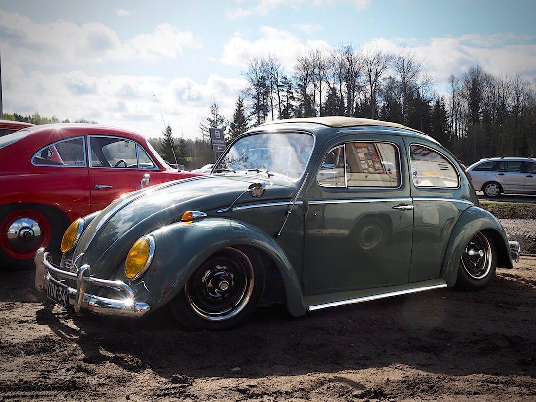 1964 Volkswagen Kupla jenkkipuskureilla ja runsailla lisävarusteilla. Kuva: Kai Lappalainen. Lisenssi: CC-BY-40.