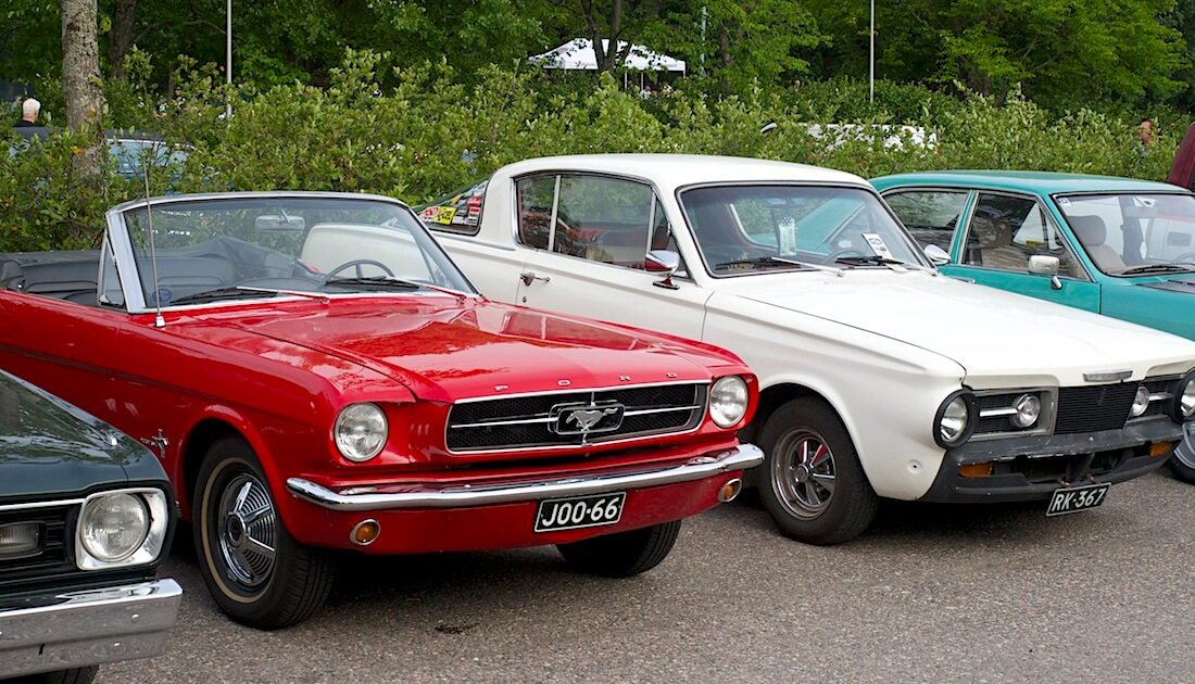 196 Ford Mustang avo ja 1965 Plymouth Barracuda. Kuva: Kai Lappalainen. Lisenssi: CC-BY-40.