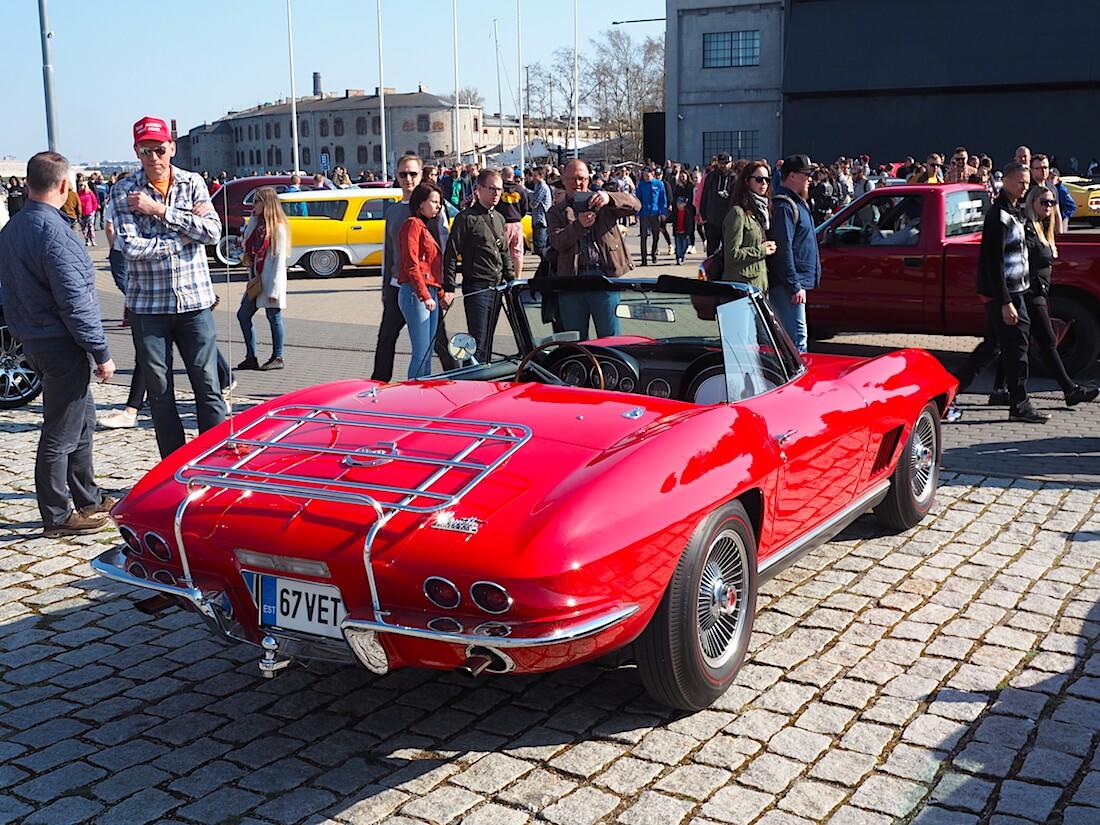 Tallinnan Lennusadam ja punainen 1967 Chevrolet Corvette avoauto. Kuva: Kai Lappalainen. Lisenssi: CC-BY-40.