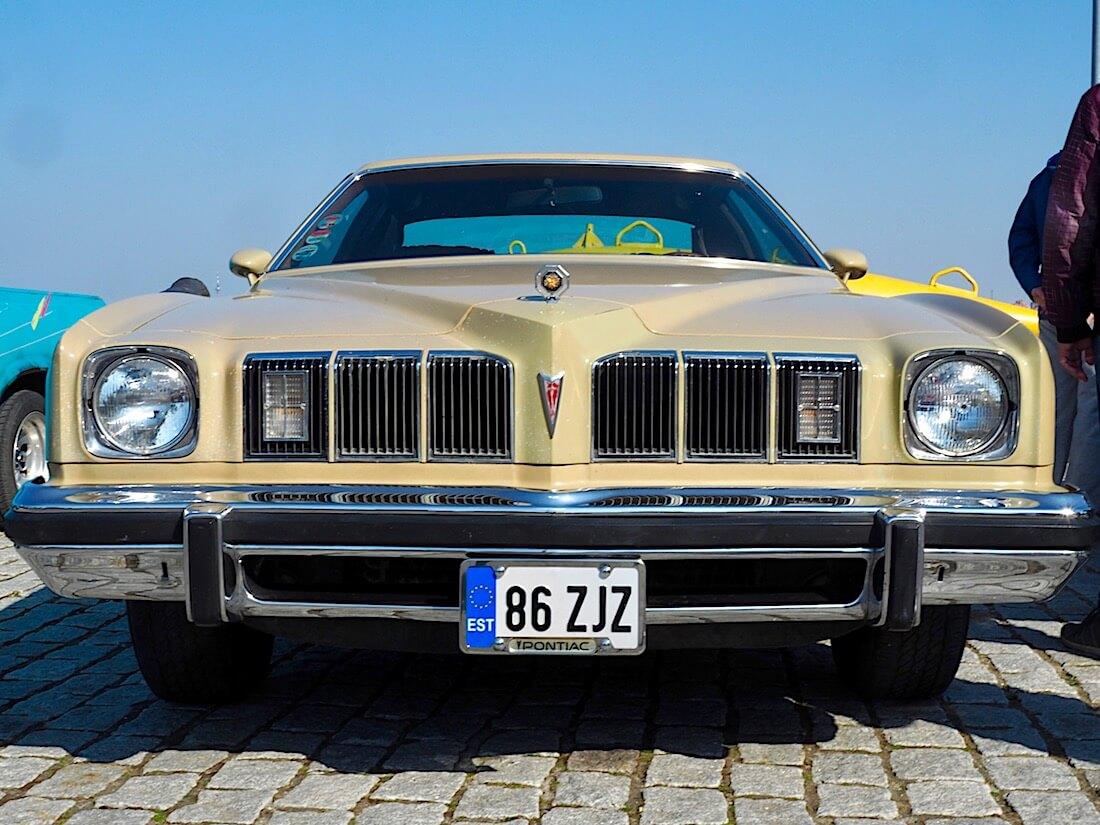 1975 Pontiac Grand Lemand 350cid V8 edestä. Kuva: Kai Lappalainen. Lisenssi: CC-BY-40.