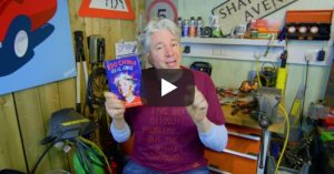 Edd China esittelee kirjansa Grease Junkie: The book of moving parts. Kuva ja Copyright: Edd China (Youtube)