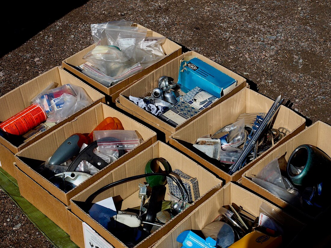 Volkkarin osia pahvilaatikoissa. Kuva: Kai Lappalainen. Lisenssi: CC-BY-40.